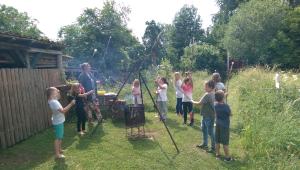 Kinder machen Stockbrot über Feuer