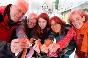Vertreter des VHS Göttingen haben einen Stand auf dem Weltalphabetisierungstag am 08. September 2015 in Göttingen